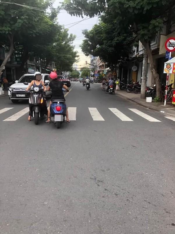 """Do xe giua duong """"buon"""" chuyen, hai nguoi phu nu khien netizen bat luc-Hinh-6"""