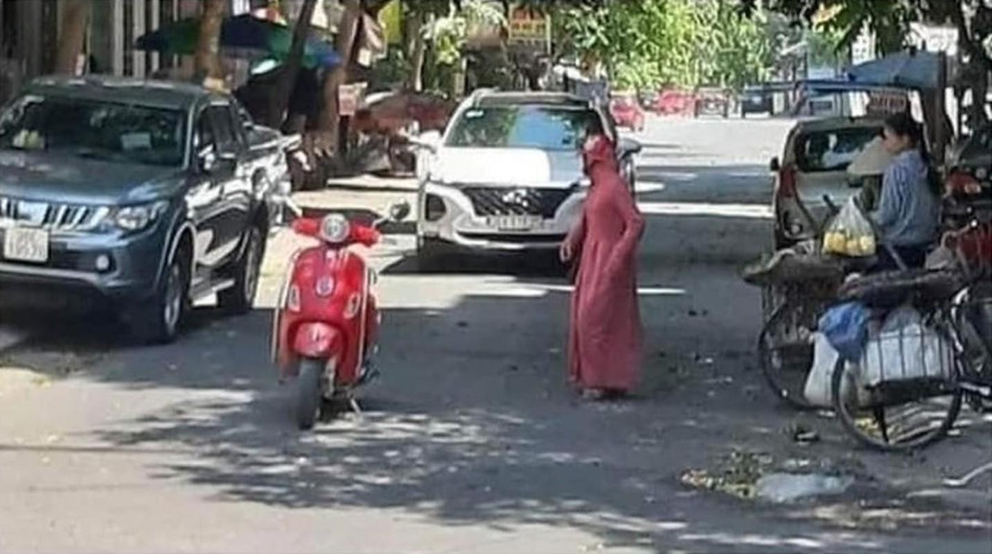 """Do xe giua duong """"buon"""" chuyen, hai nguoi phu nu khien netizen bat luc-Hinh-8"""
