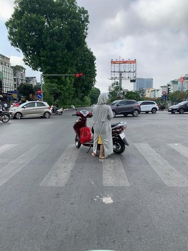 """Do xe giua duong """"buon"""" chuyen, hai nguoi phu nu khien netizen bat luc-Hinh-9"""