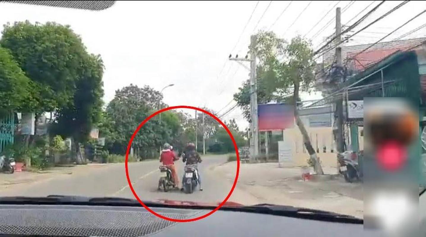 """Do xe giua duong """"buon"""" chuyen, hai nguoi phu nu khien netizen bat luc"""