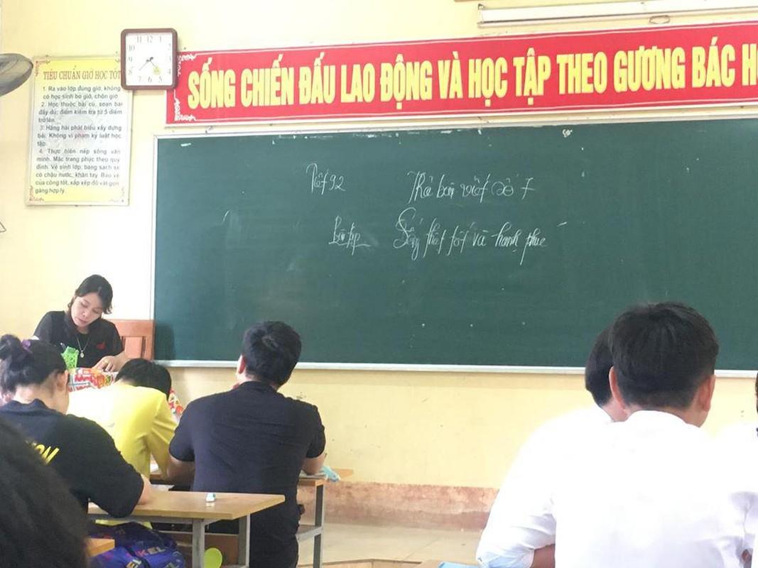 Hoc sinh cuoi cap nghen ngao nhung dieu ghi tren tam bang den-Hinh-10