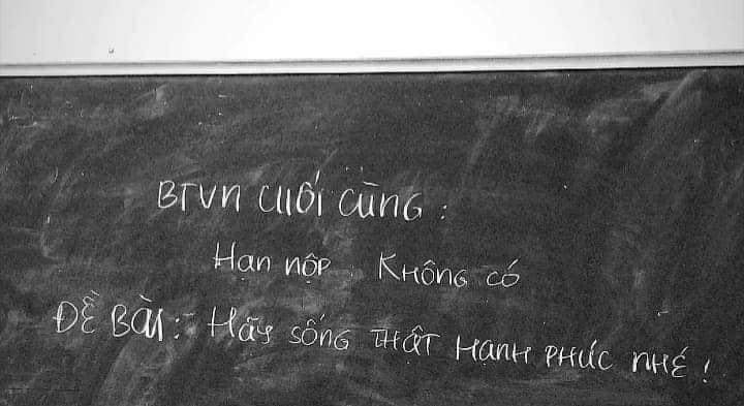 Hoc sinh cuoi cap nghen ngao nhung dieu ghi tren tam bang den-Hinh-4