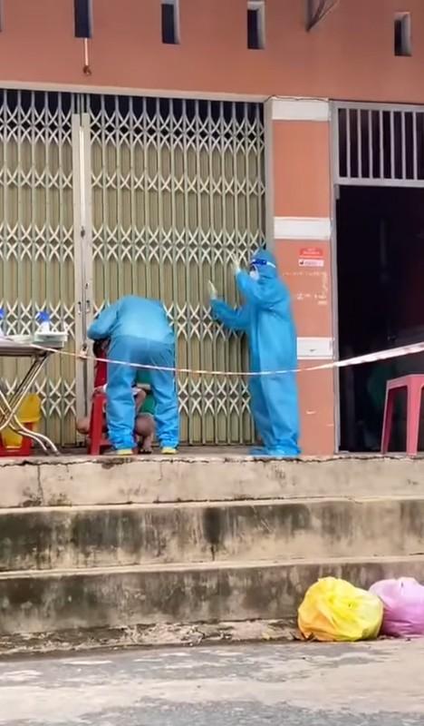 """Tinh nguyen vien """"gay bao"""" khi nhay ngau hung ho tro tiem vaccine-Hinh-7"""