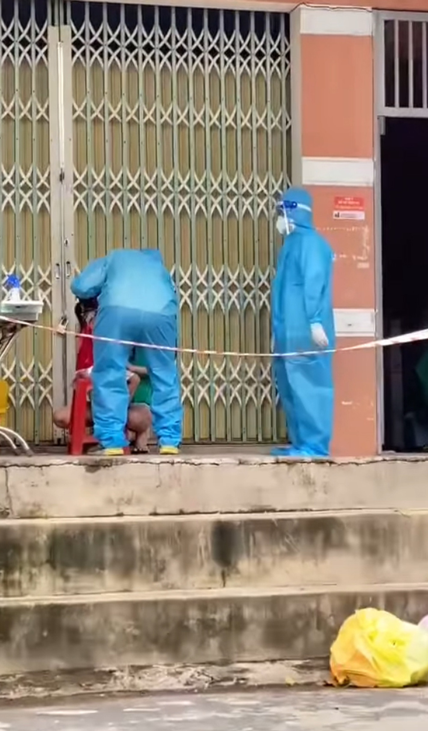 """Tinh nguyen vien """"gay bao"""" khi nhay ngau hung ho tro tiem vaccine-Hinh-8"""