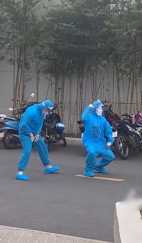 """Tinh nguyen vien """"gay bao"""" khi nhay ngau hung ho tro tiem vaccine-Hinh-9"""