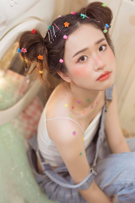 Nu sinh truong Nhan van gay chu y boi guong mat chuan hoa hau-Hinh-6