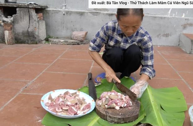 Ba Tan vlog lam mon moi, mieng thit mau den khien netizen to mo-Hinh-5