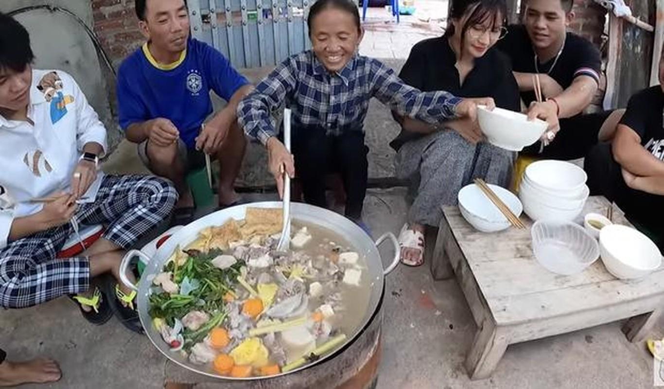 Ba Tan vlog lam mon moi, mieng thit mau den khien netizen to mo-Hinh-6