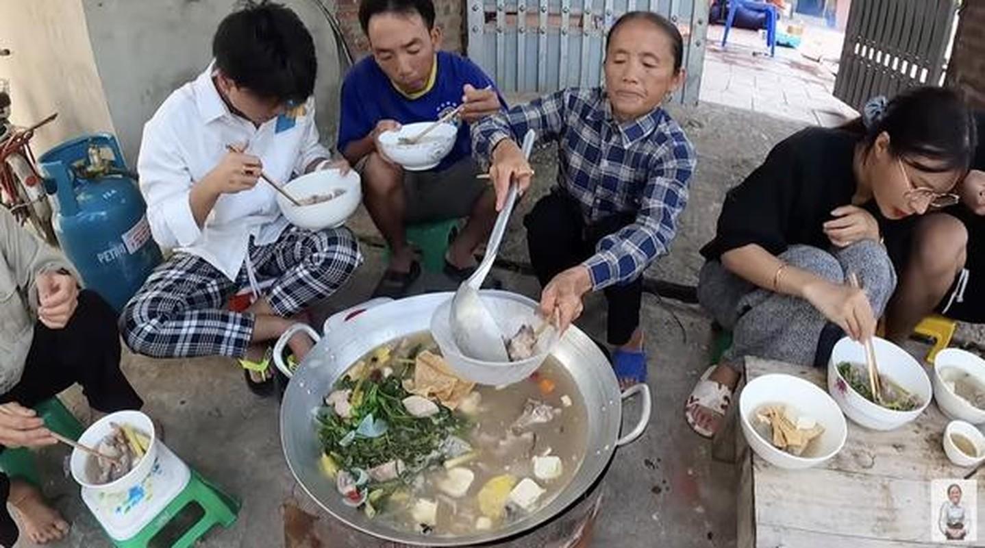 Ba Tan vlog lam mon moi, mieng thit mau den khien netizen to mo-Hinh-7