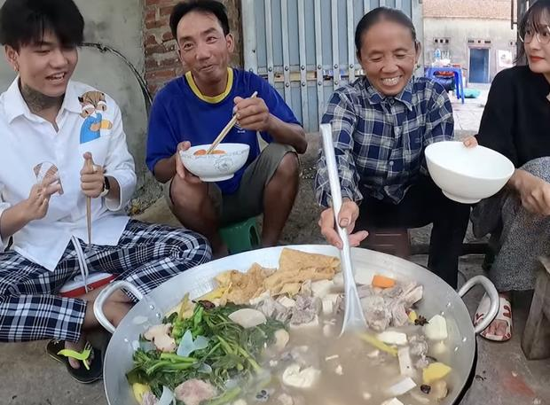 Ba Tan vlog lam mon moi, mieng thit mau den khien netizen to mo-Hinh-8