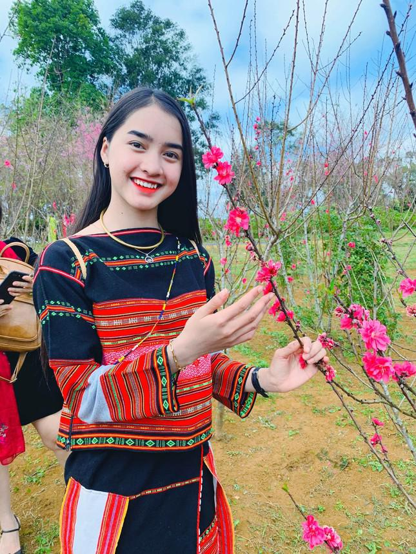 Hot girl dan toc Bana trieu view so huu nhan sac kho roi mat-Hinh-10