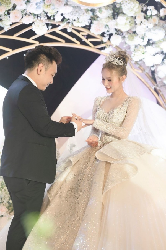 Xoai Non bat ngo doi cuoi lan 2, nhac Linh Ngoc Dam mung qua-Hinh-2
