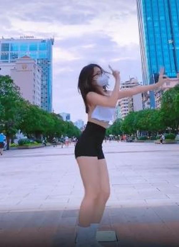 Ăn mặc phản cảm nhảy trên phố Nguyễn Huệ, gái xinh gây xôn xao