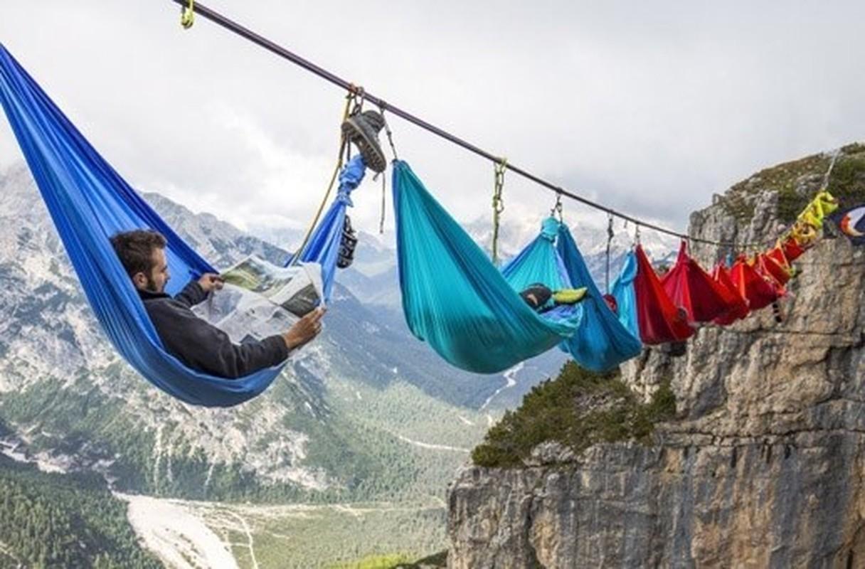 Ngủ lơ lửng giữa hẻm Monte Piana, không dành cho phượt thủ yếu tim