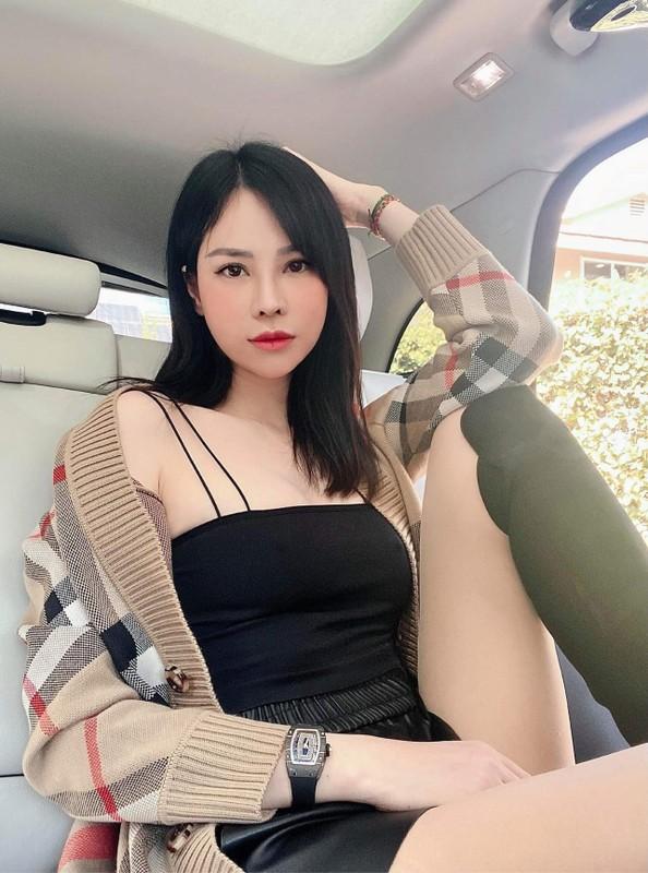 """Con dâu tỷ phú Hoàng Kiều lộ body """"xịn"""", đàn em nhìn phát ghen"""