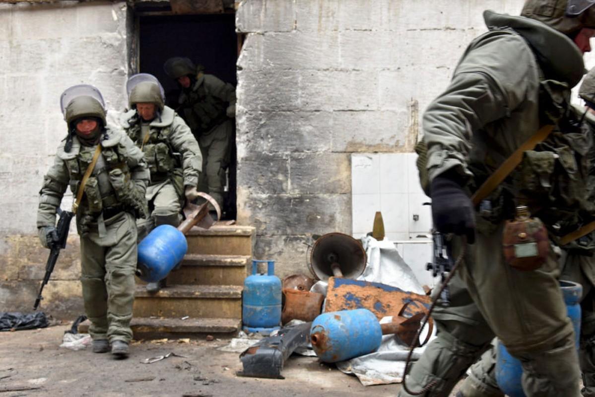 Xem cong binh Nga ra pha bom min o chao lua Aleppo