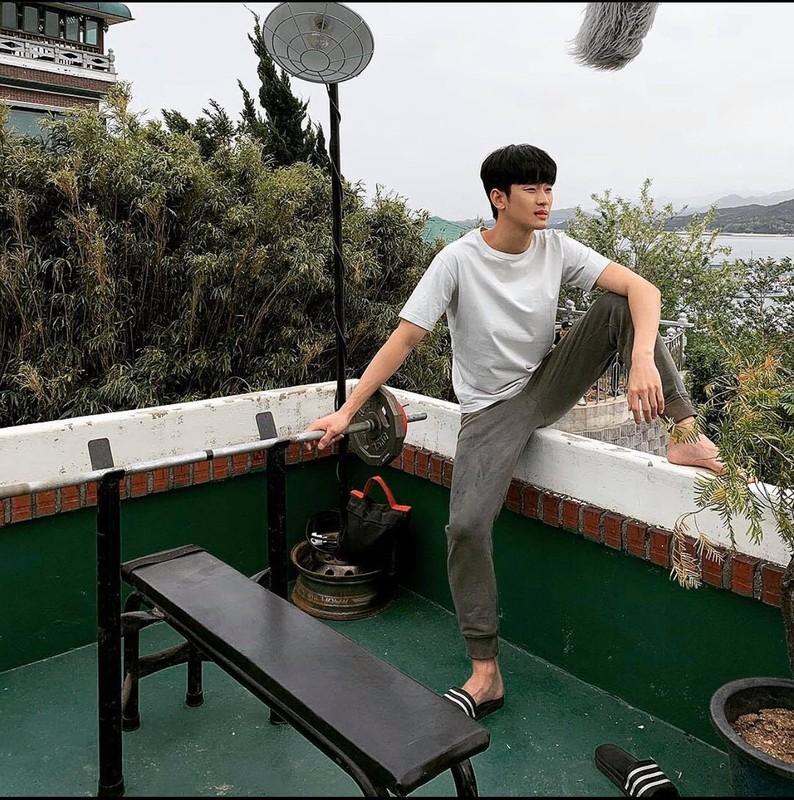 """Cuoi bo phong cach thoi trang """"anh nong dan"""" cua Kim Soo Huyn"""