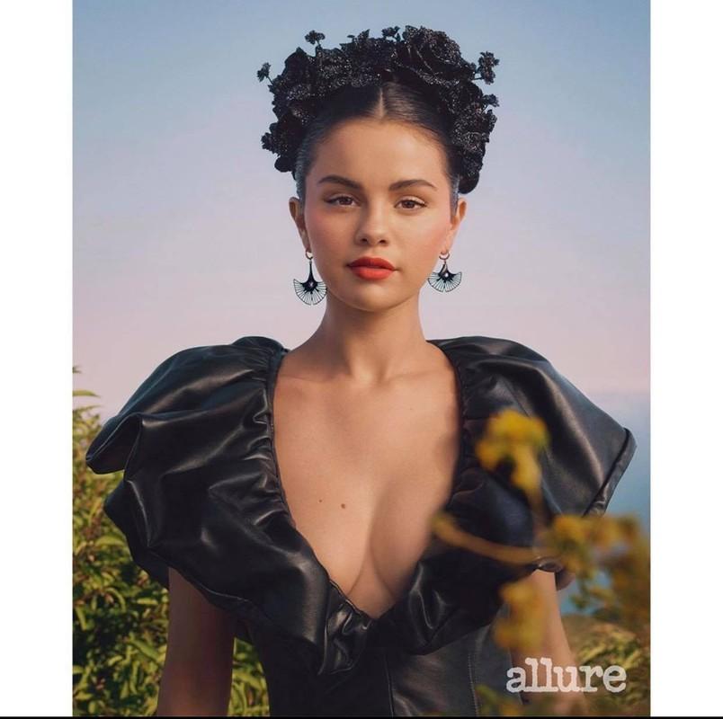 Selena Gomez khoe vai tran goi cam khi xuat hien tren tap chi-Hinh-2