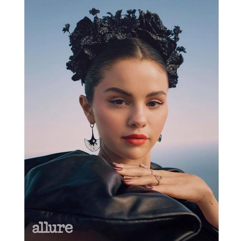 Selena Gomez khoe vai tran goi cam khi xuat hien tren tap chi-Hinh-3