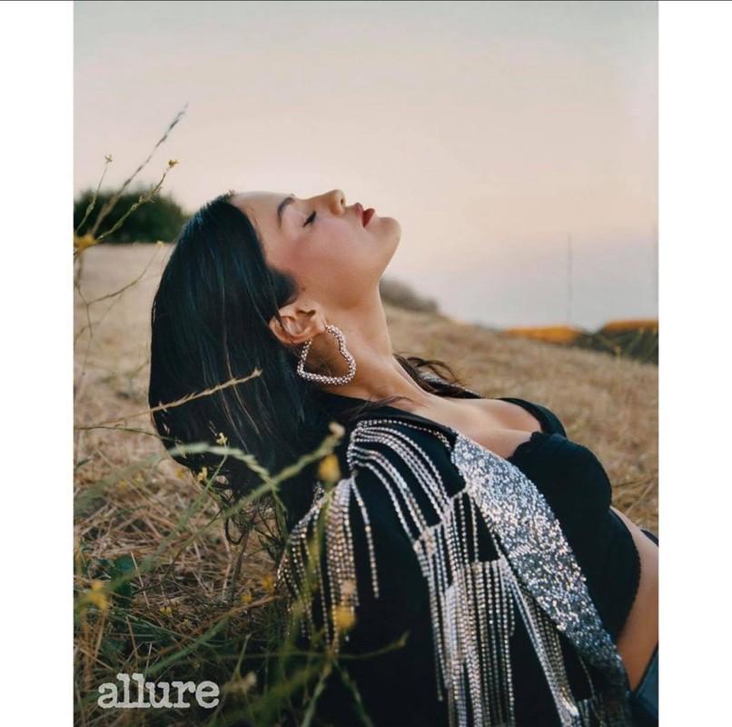 Selena Gomez khoe vai tran goi cam khi xuat hien tren tap chi-Hinh-4