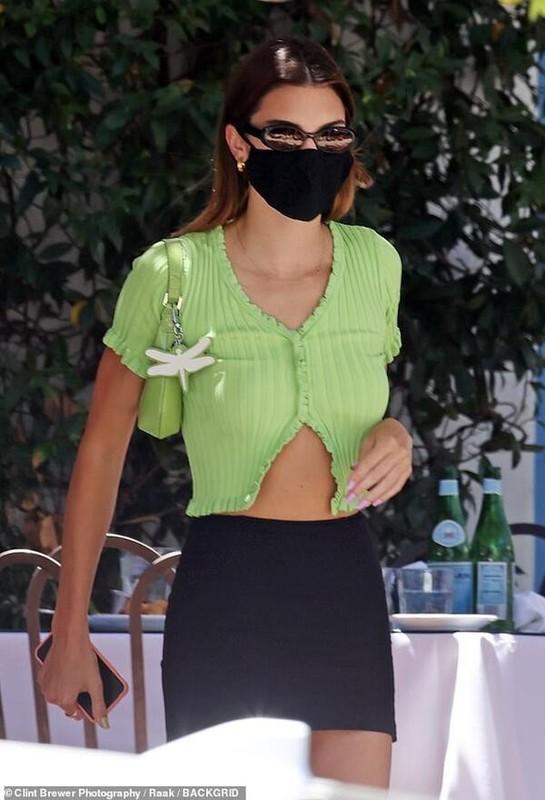 My nhan Victoria's Secret nong bong voi mot croptop ho tren ho duoi-Hinh-3