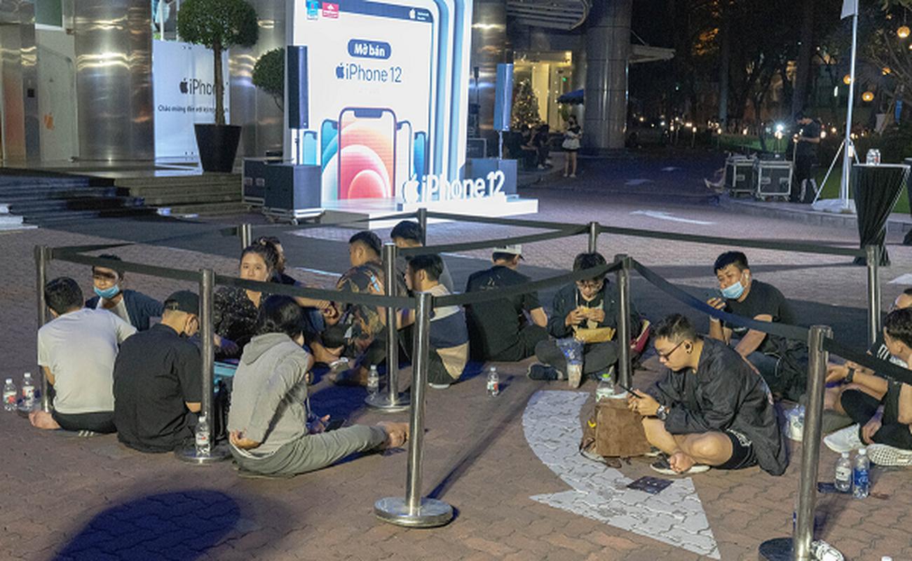 "Dan sao Viet ""chen nhau"" voi nguoi dan xep hang mua iPhone 12-Hinh-6"
