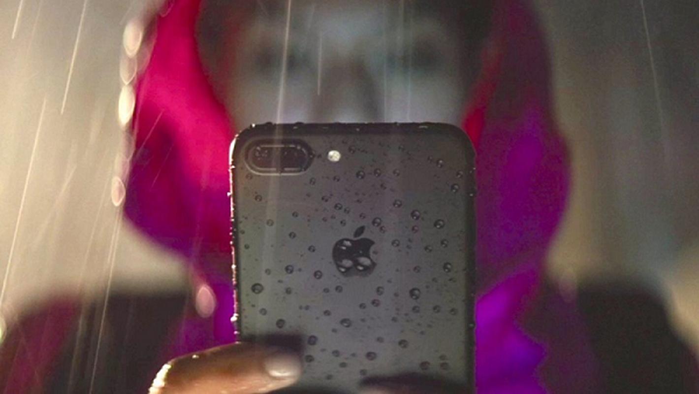 Rua bang voi hoa sen, camera truoc cua iPhone 12 bi mo-Hinh-4
