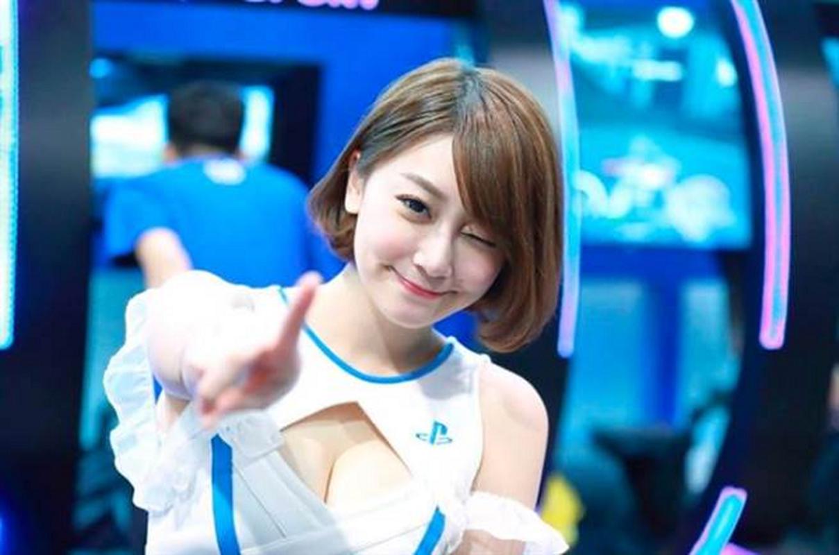 Nu game thu bi fan quay lung vi lam nguoi mau khoe than phan cam-Hinh-3