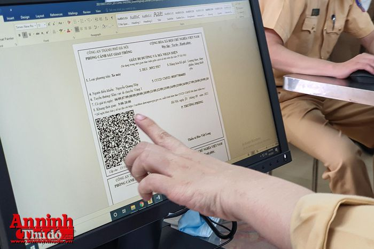 Can canh giay di duong QR code dau tien duoc cap o Phong CSGT - CATP Ha Noi-Hinh-14