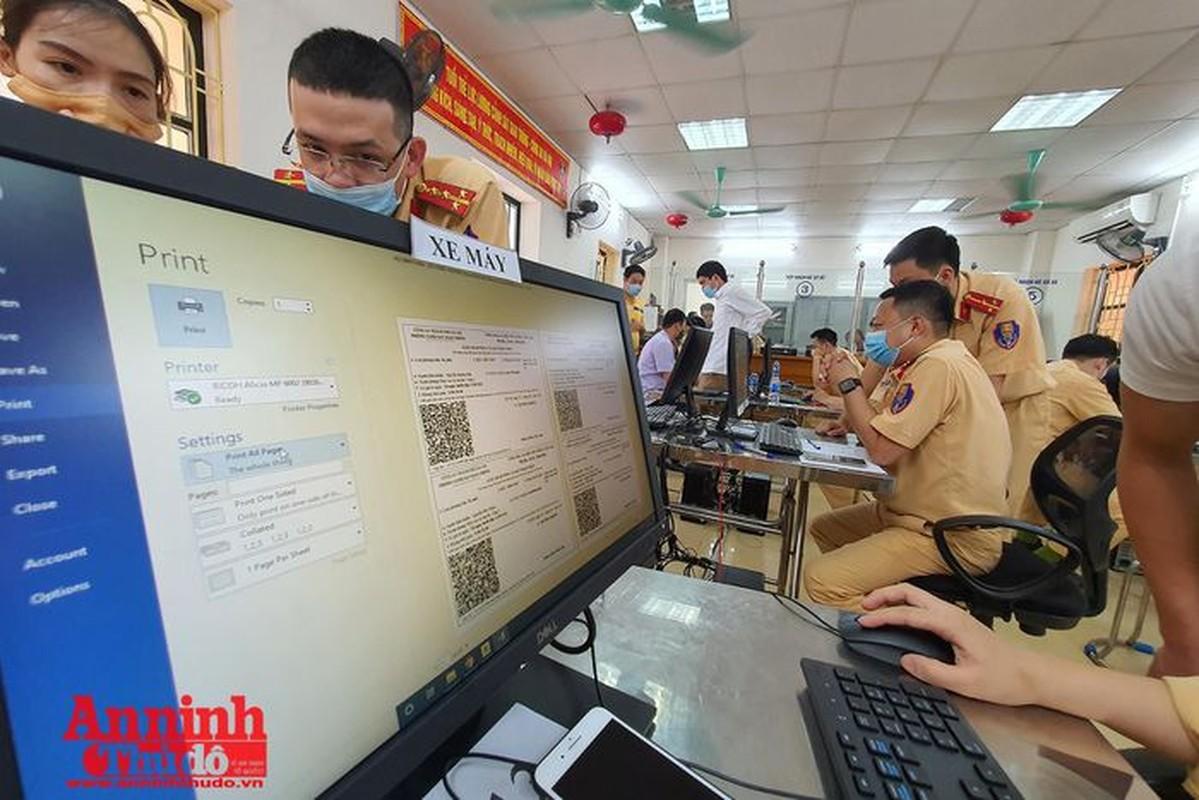Can canh giay di duong QR code dau tien duoc cap o Phong CSGT - CATP Ha Noi-Hinh-16