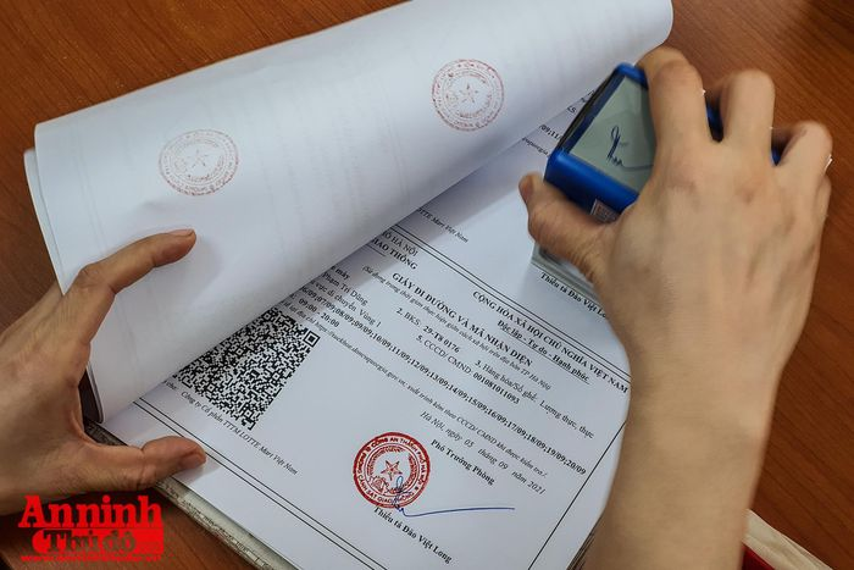 Can canh giay di duong QR code dau tien duoc cap o Phong CSGT - CATP Ha Noi-Hinh-21