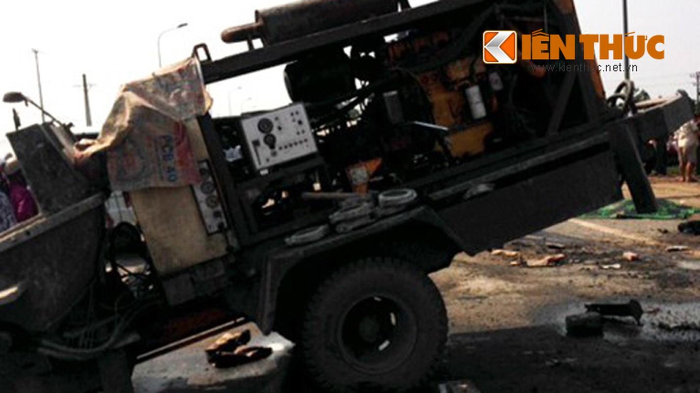 Hien truong hai xe khach dam nhau, 15 nguoi thuong vong-Hinh-3