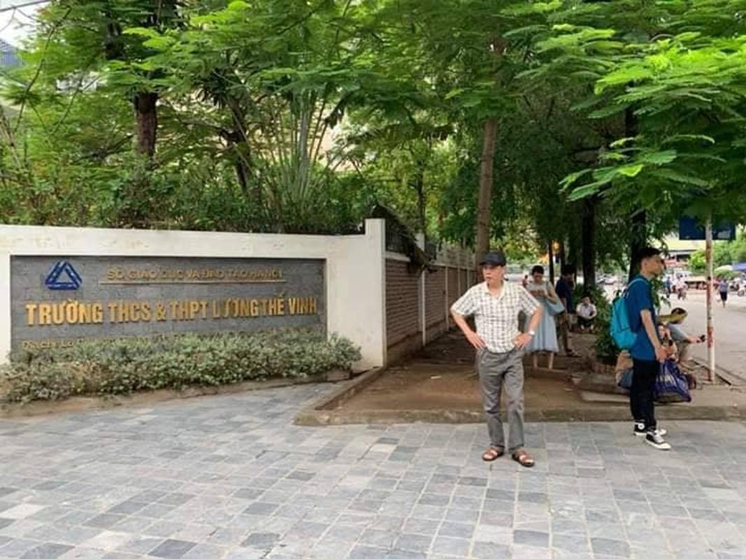 Phu huynh sot ruot ngoi doi con ngay lam thu tuc thi THPT quoc gia 2019-Hinh-10