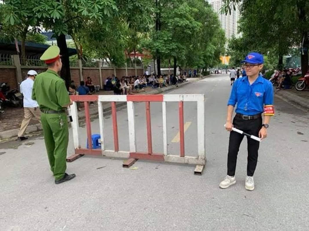Phu huynh sot ruot ngoi doi con ngay lam thu tuc thi THPT quoc gia 2019-Hinh-11