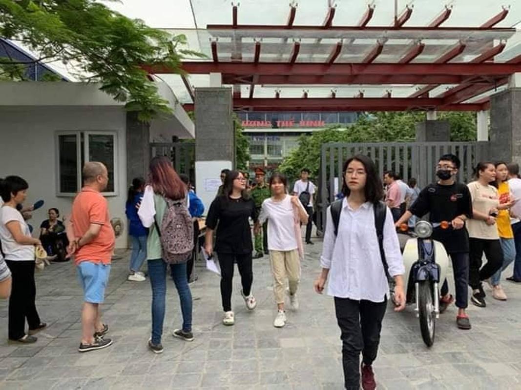 Phu huynh sot ruot ngoi doi con ngay lam thu tuc thi THPT quoc gia 2019-Hinh-2