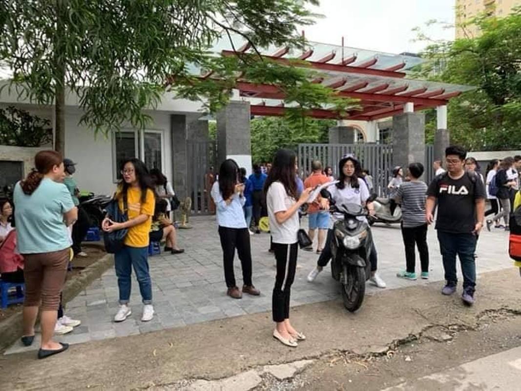 Phu huynh sot ruot ngoi doi con ngay lam thu tuc thi THPT quoc gia 2019-Hinh-3