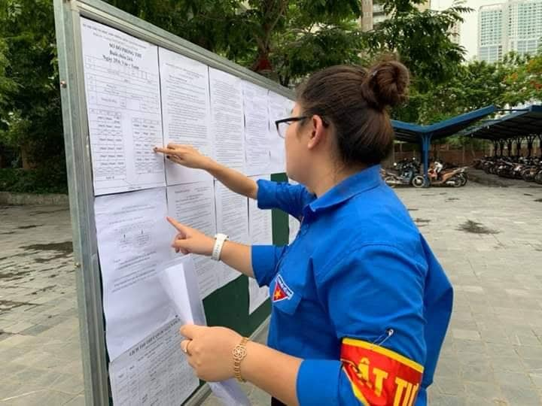 Phu huynh sot ruot ngoi doi con ngay lam thu tuc thi THPT quoc gia 2019-Hinh-4