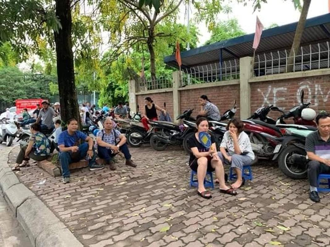 Phu huynh sot ruot ngoi doi con ngay lam thu tuc thi THPT quoc gia 2019-Hinh-5