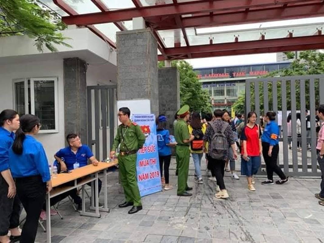 Phu huynh sot ruot ngoi doi con ngay lam thu tuc thi THPT quoc gia 2019-Hinh-7