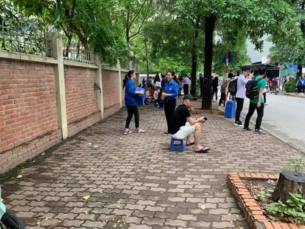 Phu huynh sot ruot ngoi doi con ngay lam thu tuc thi THPT quoc gia 2019-Hinh-8