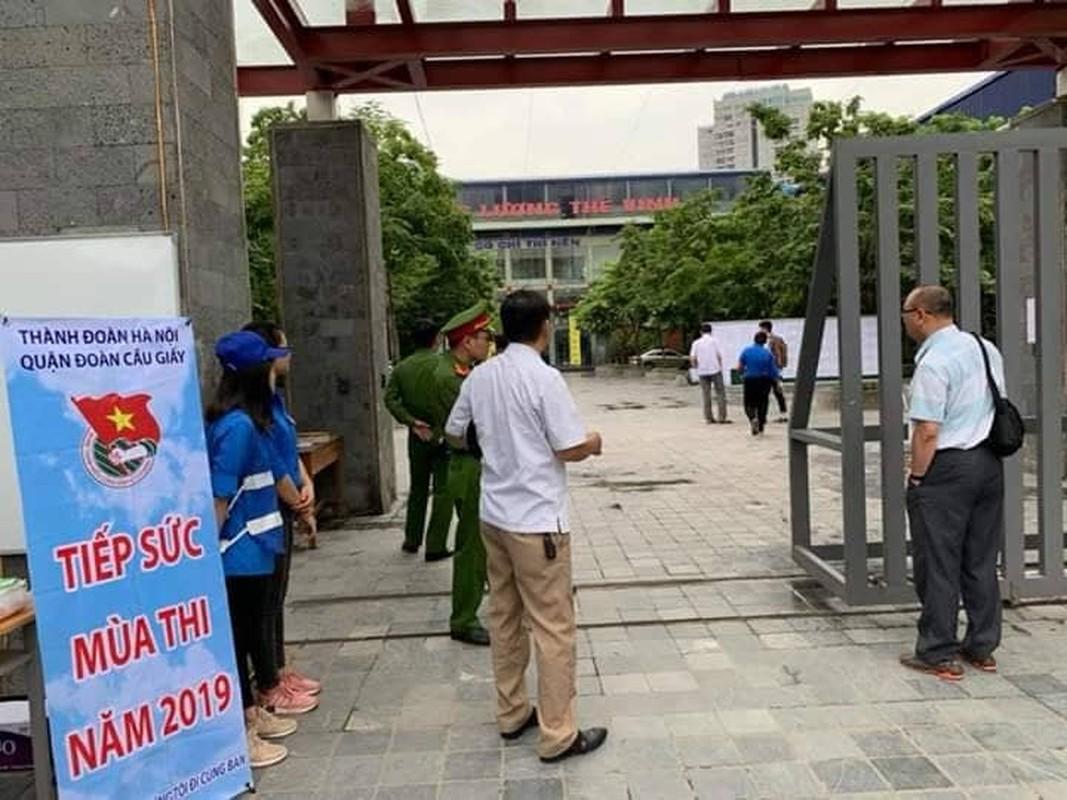 Phu huynh sot ruot ngoi doi con ngay lam thu tuc thi THPT quoc gia 2019-Hinh-9