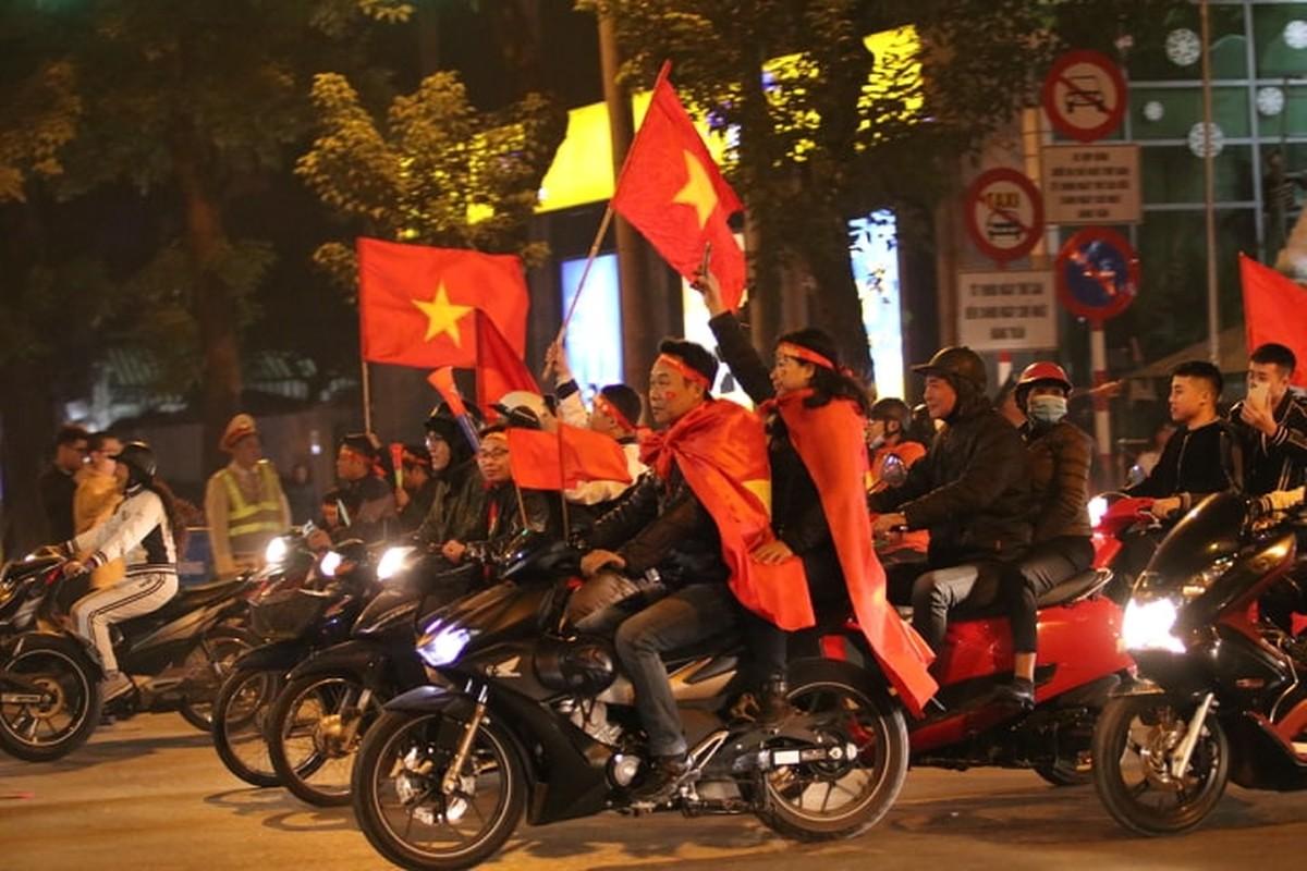 Nguoi dan do duong an mung chien chien thang U22 Viet Nam-Hinh-4