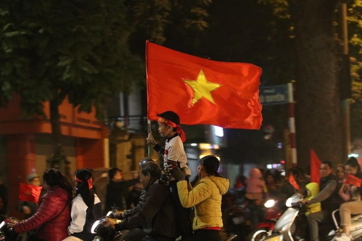 Nguoi dan do duong an mung chien chien thang U22 Viet Nam-Hinh-9