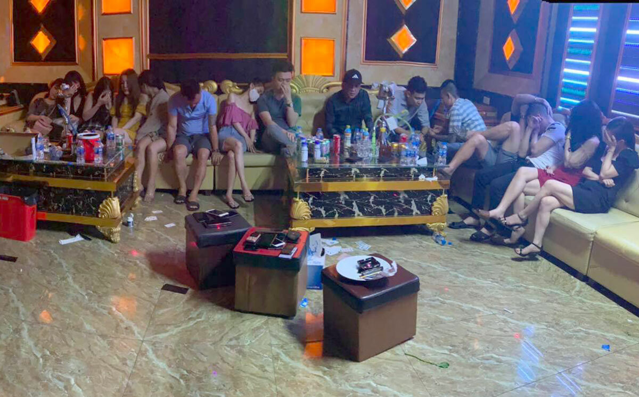 Ru nhau bay lac, 76 thanh nien bi cach ly luon o karaoke My Friend-Hinh-2
