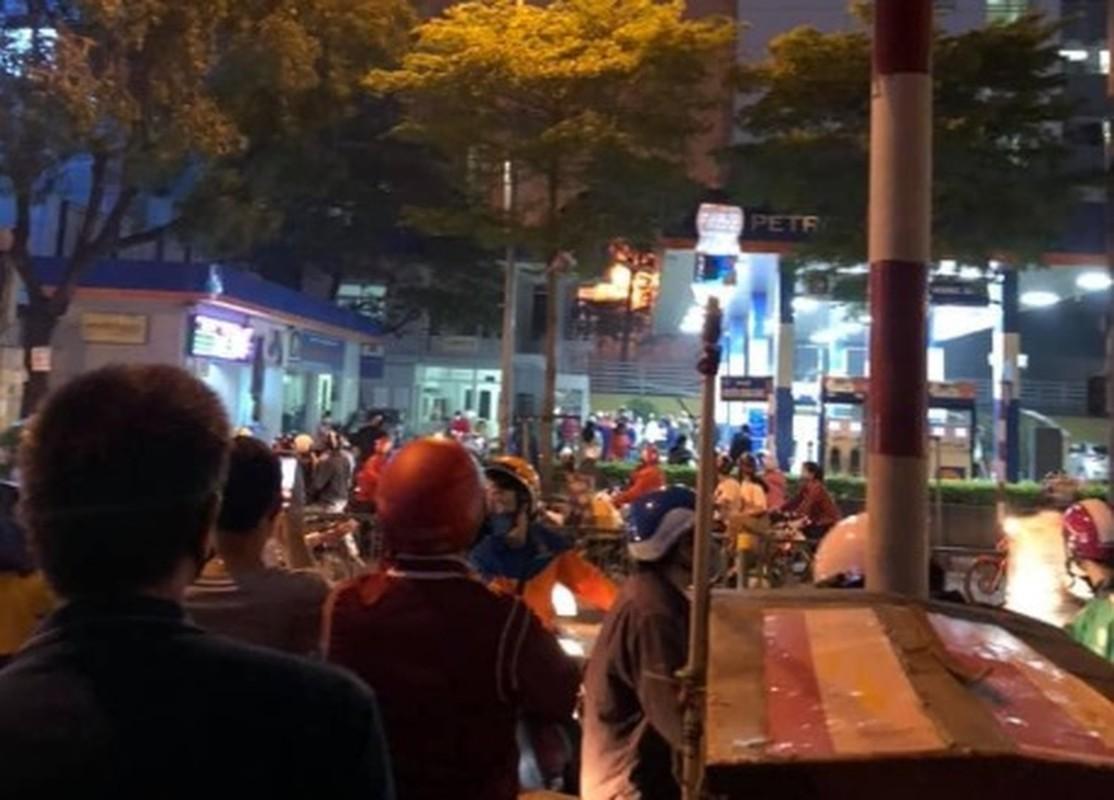 Ha Noi: Chay nha 3 tang gan tram xang, nguoi dan hoang loan thao chay-Hinh-5