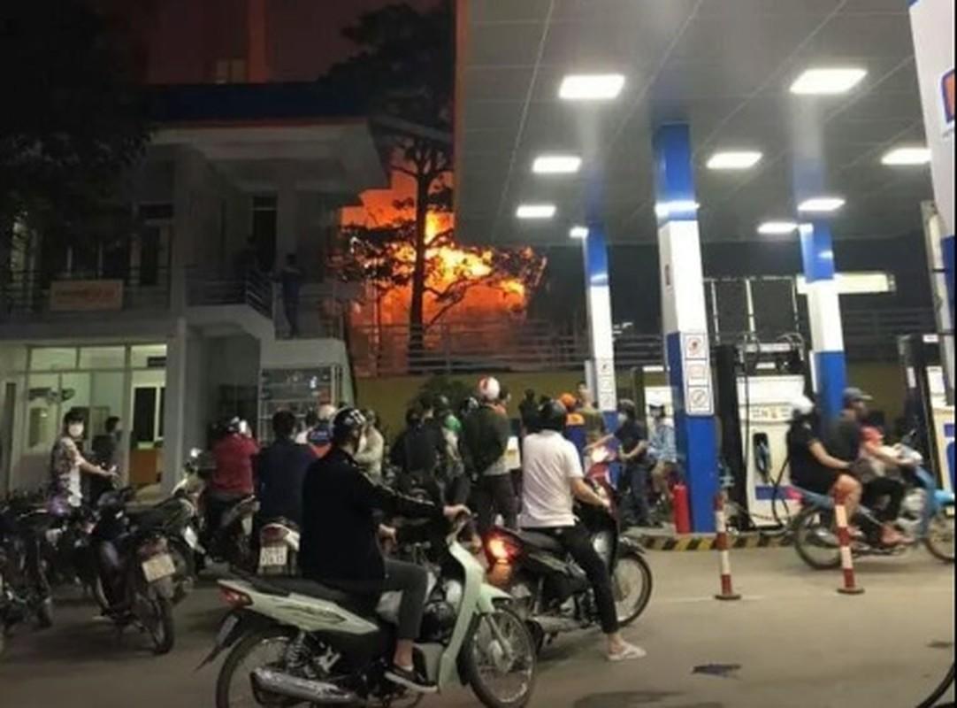 Ha Noi: Chay nha 3 tang gan tram xang, nguoi dan hoang loan thao chay-Hinh-6