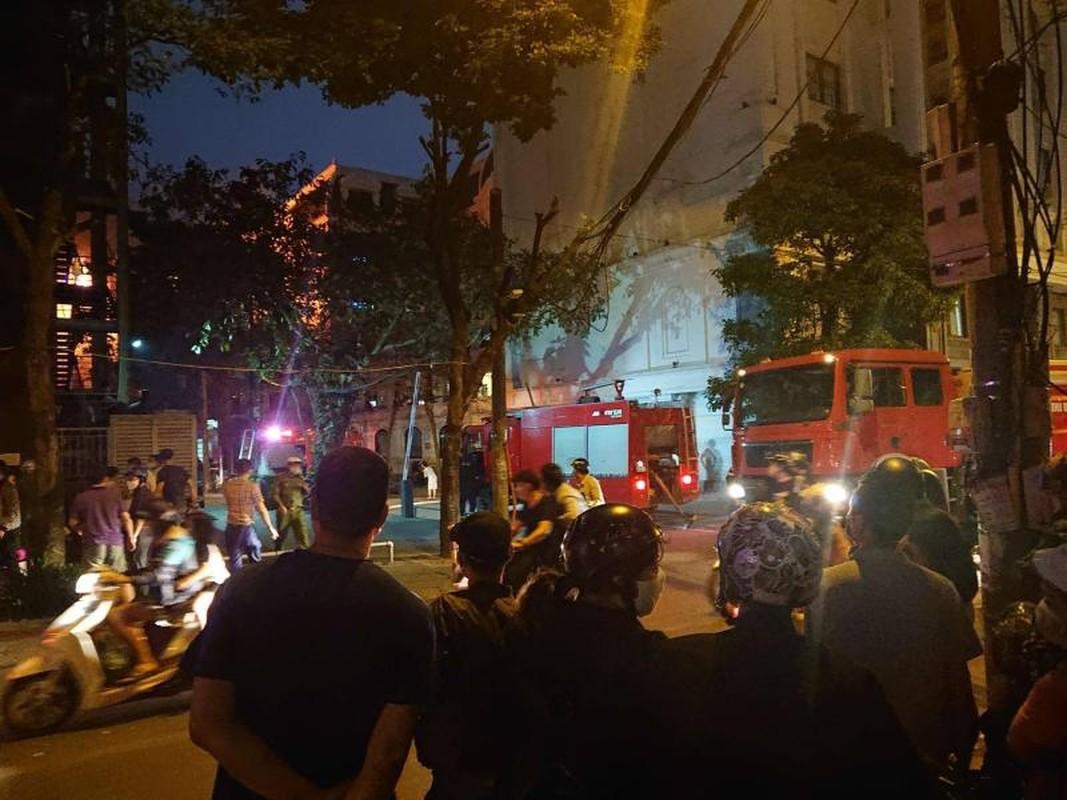 Ha Noi: Chay nha 3 tang gan tram xang, nguoi dan hoang loan thao chay-Hinh-7