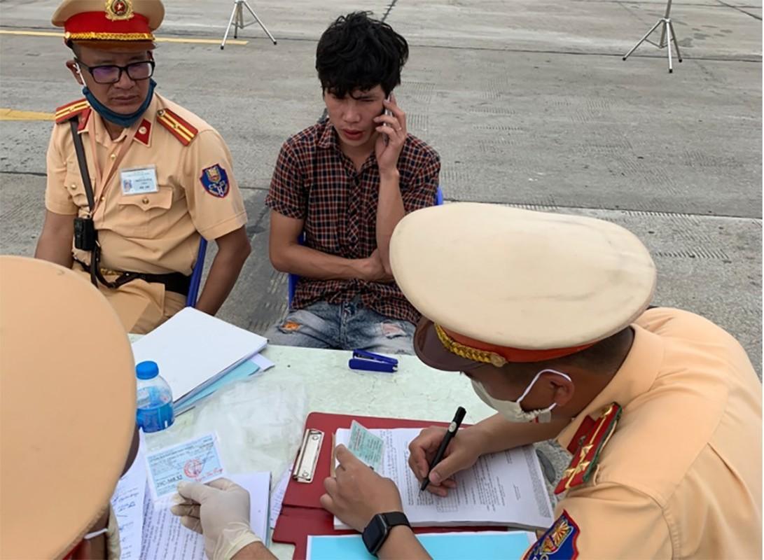 "CSGT ""ra quan"" dung phuong tien du khong loi: Bi hai an phat-Hinh-3"