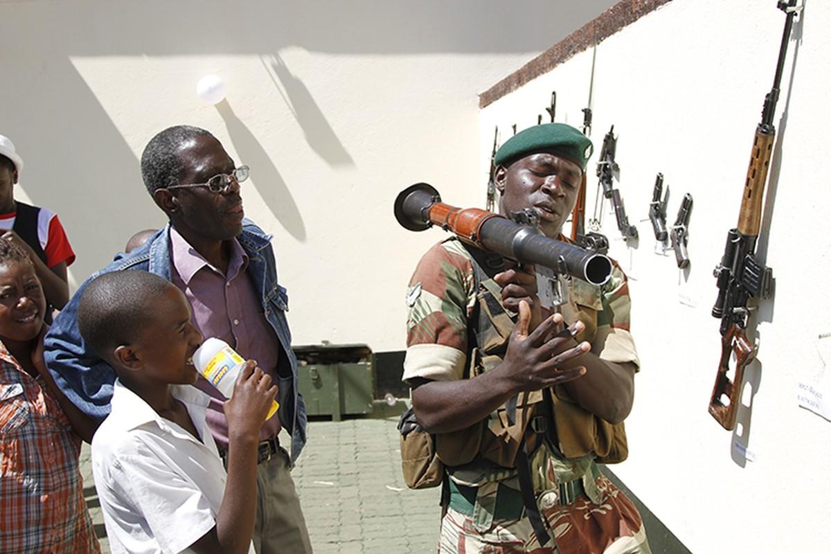 Giai ma dao quan bi nghi vua tien hanh dao chinh o Zimbabwe-Hinh-8