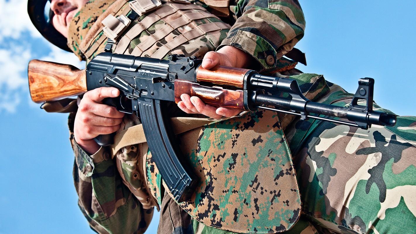 Tai sao dan sung tieu lien AK-47 co nhieu mau sac khac nhau?-Hinh-8